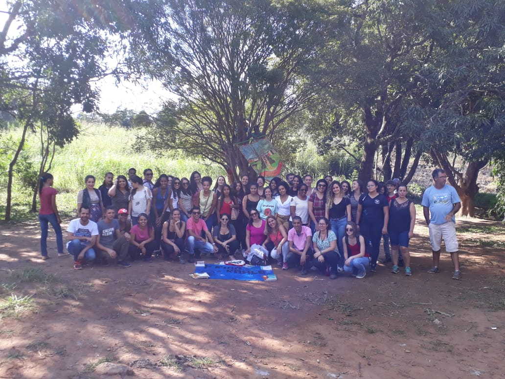 Estudantes da Ufop e equipe da Escola Elizabeth Teixeira
